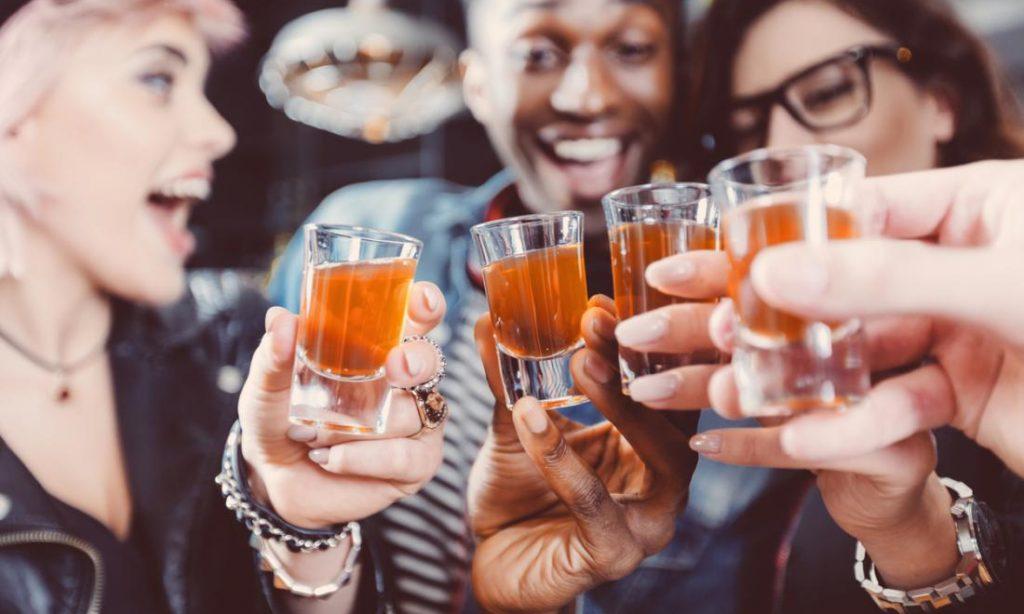 Ακόμα και ένα ποτό την ημέρα μικραίνει τη ζωή