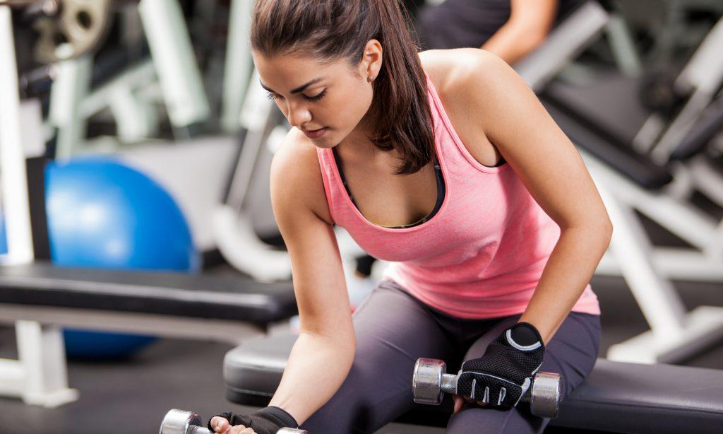 5 τοξικές σκέψεις που κάνεις στο γυμναστήριο (και πώς θα τις αλλάξεις!)