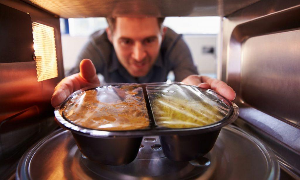 10 φαγητά που δεν πρέπει να ξαναζεσταίνεις στο φούρνο μικροκυμάτων